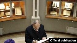 Премьер-министр Никол Пашинян делале запись в «Золотой книге», Венеция, остров Святого Лазаря, 20 ноября 2019 г.