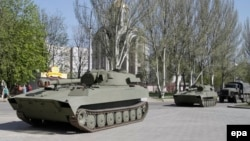 Нові самохідні артилерійські установки, надані сепаратистам, на вулицях Донецька, звідки вони мали бути відведені, фото 27 квітня 2015 року