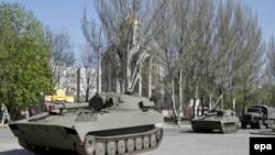 Донецкідегі ресейшіл сепаратистердің танктері. Украина, 27 сәуір 2015 жыл.