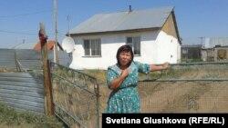 Гүлбаршын Мұқанова Өндірістегі үйінің жанында тұр. Астана, 24 маусым 2014 жыл.