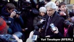 С журналистами, ожидавшими Юрия Лужкова у Следственного комитета, поговорил только его адвокат Генри Резник