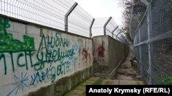 Ограждения вдоль берега у санатория «Черноморье», принадлежащего российскому силовому ведомству