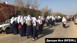 Казакстанда окуучу кыздар мектепке кирүү үчүн хижабын чечүүгө каршы чыгышкан. Мактаарал району, Түркстан облусу. 5-сентябрь, 2018-жыл.