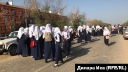 Фирдауси айылындагы орто мектептин кыздары. 5-сентябрь, 2018-жыл