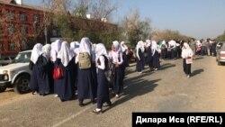 Фердауси мектебіне кіргізілмей тұрған оқушы қыздар. Түркістан облысы, 5 қыркүйек 2018 жыл