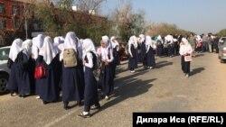 Фирдауси мектебіне кіргізілмей тұрған оқушы қыздар. Түркістан облысы, 5 қыркүйек 2018 жыл