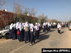 Школьницы, которых не допустили к занятиям в школе имени Фердауси. Туркестанская область, 5 сентября 2018 года.