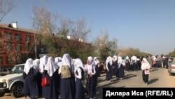 Ученицы в платках, которых администрация школы отказывается допускать на занятия в головных уборах. Туркестанская область, 5 сентября 2018 года.