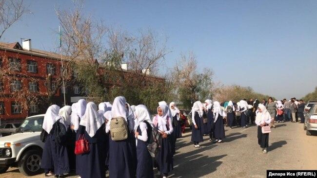 Učenice protestu što moraju da skinu hidžabe da bi ušle u školu u oblasti Turkestan u septembru 2018.