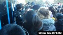 Очередь у отдела жилищно-коммунального хозяйства акимата города Шымкента. 24 декабря 2015 года.