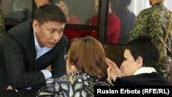 Талгат Ермегияев (слева), бывший председатель национальной компании «Астана ЭКСПО-2017», на суде по его делу. Астана, 4 апреля 2016 года.