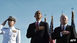 Barak Obama (në mes), Michael Mullen (majtas) dhe Robert Gates (djathtas)