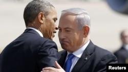 ABŞ-nyň prezidenti Barak Obama (çepde) Ysraýylyň premýer-ministri Benýamin Netanýahu bilen Tel-Awiwiň aeroportunda duşuşýar. Tel-Awiw, 20-nji mart, 2013.