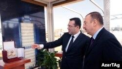 Azərbaycan prezidenti Neft Fondunda. Solda - Fondun rəhbəri- Şahmar Mövsümov