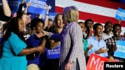 Хиллари Клинтон шайлоо өнөктүгүн жүргүзүүгө катышып жаткан ыктыярчылар менен. Түндүк Каролина, 25-июль, 2016-жыл.