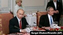 Джордж Буш – младший и Владимир Путин (слева) во время рабочего обеда в рамках саммита G8 в Санкт-Петербурге 19 июля 2006 года.