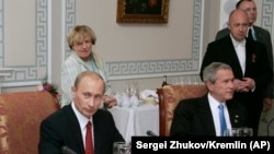 Владимир Путин Жорж Буш билан G8 саммитида. Санкт-Петербург, 2006, 19 июль.