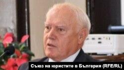 Владислав Славов е бивш заместник главен прокурор, бивш член на ВСС, бивш председател на Върховния административен съд, бивш конституционен съдия и настоящ председател на Съюза на юристите в България