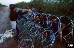 Мигранты преодолевают заграждения на границе Венгрии и Сербии