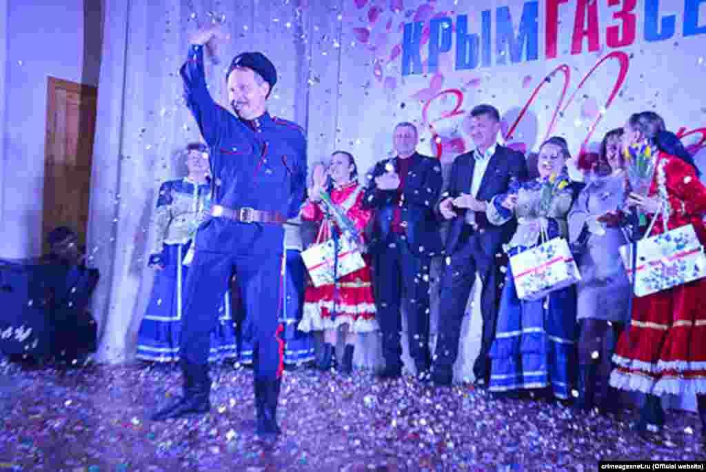 Переміг номер з танцем казака. На сцені– співробітники Красноперекопського управління «Крымгазсети»