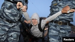 Полицейские задерживают активиста оппозиции. Москва,16 мая 2012 года.