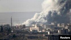 Після одного з повітряних ударів по позиціях ісламістів у захопленій ними частині Кобане, фото зроблене з турецького боку кордону, 14 жовтня 2014 року