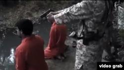 Скриншот видео, распространенного ИГ, где дети показаны исполнителями казни.