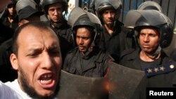 یک معترض سلفی در نزدیکی اقامتگاه کاردان ایران در مصر