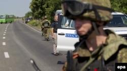 Бойовики угруповання «ДНР» блокують дорогу для проходу місії ОБСЄ до місця катастрофи «Боїнга-777», 30 липня 2014 року