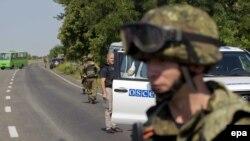 Вооруженные сепаратисты заблокировали путь машине ОБСЕ. Донецкая область, 30 июля 2014 года.