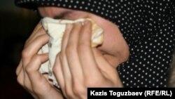 Феруза Норкобилова, жена арестованного узбекского беженца-мусульманина Олимжона Холтураева, рыдает после отказа ее семье в статусе беженца. Алматы, 8 февраля 2011 года.