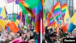 Во время визита Владимира Путина в Нидерланды его встречали демонстранты с радужными флагами ЛГБТ-сообщества