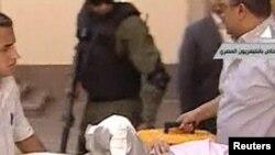 Мубарак влегува во судницата со болнички кревет