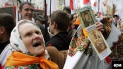 Участники уличных демонстраций всеми доступными способами стараются убедить себя и других в своей правоте