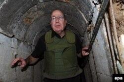 Міністр оборони Ізраїлю Моше Яалон у палестинському тунелі, який виявили на початку жовтня, фото 29 жовтня 2013 року