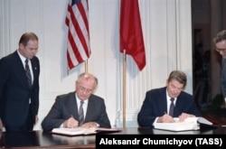 Рональд Рейган и Михаил Горбачев подписывают договор об уничтожении ракет средней и меньшей дальности действия 8 декабря 1987 года