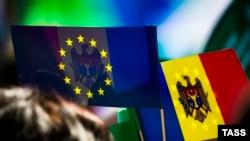 Молдавия. Кишинев. Флаги Молдавии и ЕС