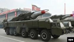 موشکهای موسودان، به صورت نمایشی در یک رژه ارتش کره شمالی دیده میشوند