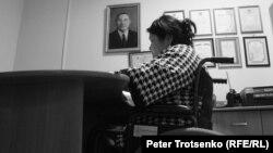 «Арба» қоғамдық бірлестігі жетекшісі Гүлмира Батпаққұлова кабинетінде отыр. Орал қаласы, 2016 жылдың тамызы.