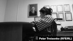 Руководитель общественного объединения «Арба» Гульмира Батпакулова в своем рабочем кабинете. Уральск, август 2016 года.