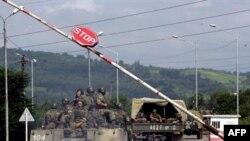 Ну, ладно, события августовской войны 2008 года и последующее размещение на территории Абхазии 7-й российской военной базы - допустим, все дело в том, что Кремль опирался на «марионеточное» правительство, заблаговременно приведенное им к власти в Абхазии