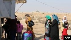 Femrat dhe fëmijët duke u larguar nga qyteti Falluxha në Irak
