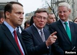 Карл Бильдт, Радослав Сикорский (слева) и министр иностранных дел Украины Леонид Кожара в Киеве 22 октября 2013 г.