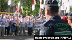 Прихильники Юлії Тимошенко біля будівлі суду в Харкові (фото О.Овчинникова), 28 квітня 2012 року