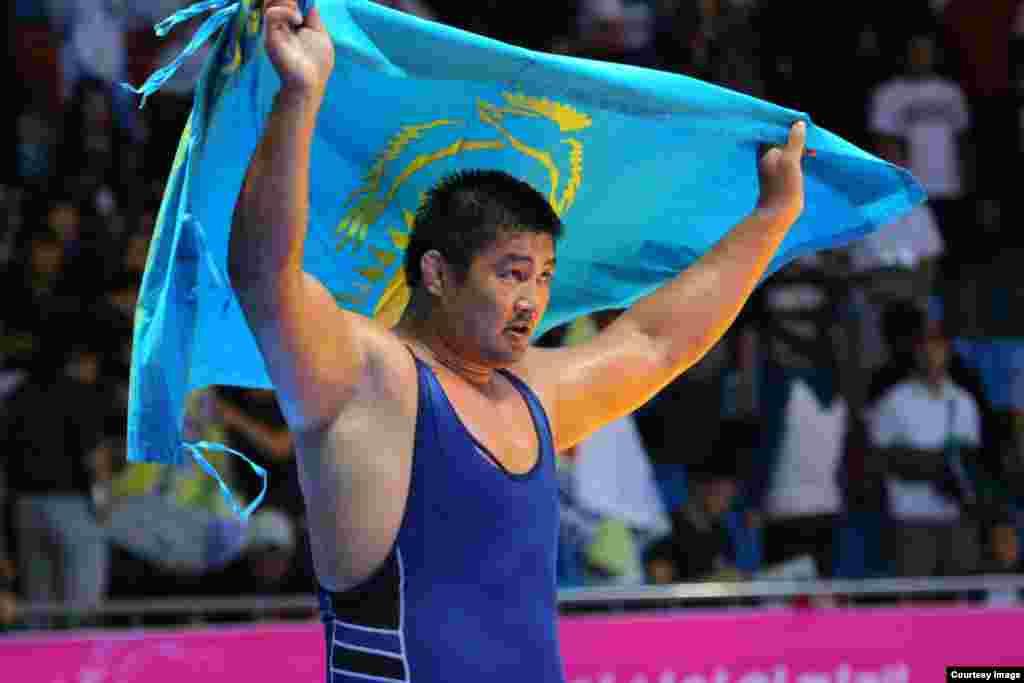 Борец греко-рисмкого стиля Нурмахан Тыналиев (130 килограммов) опередив всех соперников, удостоился звания чемпиона Азиады. На Азиаде 2010 года он также выигрывал золото. Фото Данияра Майлыбаева.
