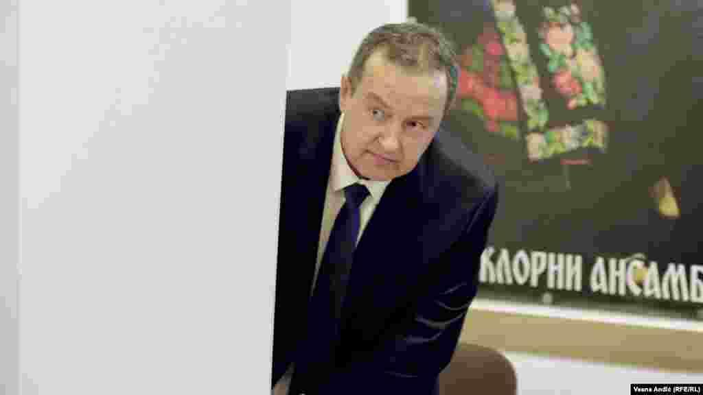 СРБИЈА - Шефот на српската дипломатија, Ивица Дачиќ, денеска, по повод барањето на македонскиот претседател Стево Пендаровски до Вселенскиот патријарх Вартоломеј да ја признае Македонската православна црква (МПЦ-ОА), изјави дека постои начин да се разговара за тоа и оти попречните патишта не придонесуваат за добрите односи меѓу двете земји, јави МИА од Белград.