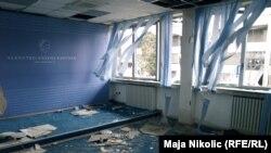 Одно из разгромленных зданий в Тузле, 8 февраля 2014 года.
