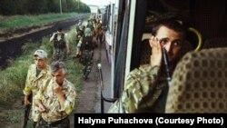 Павло Пугачов (праворуч в автобусі) на передовій