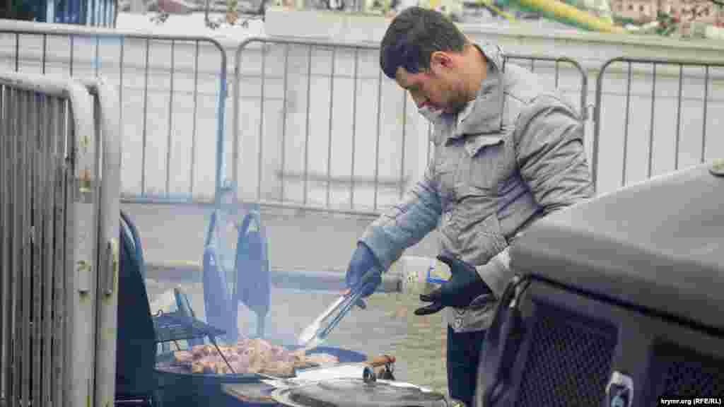 Місцеві підприємці організували зону «швидкого перекусу» для тих, хто зголоднів