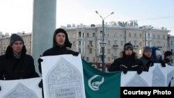 """19 декабрьдә """"Азатлык"""" оешмасы яшьләре Русия конституциясен үтәргә чакырып пикетка чыкты"""
